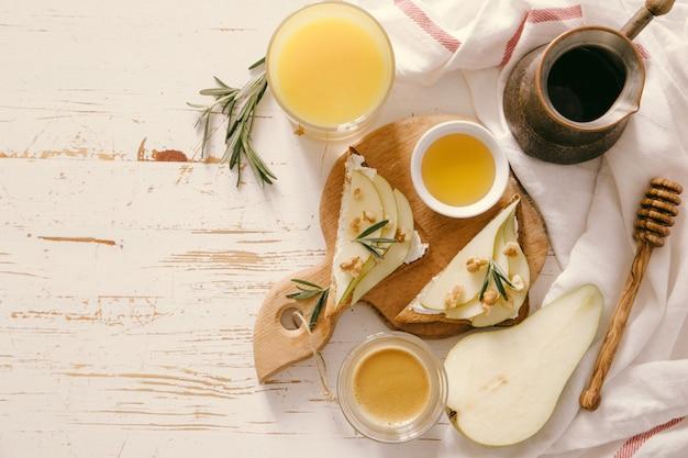 Toast mit birne, ziegenkäse und walnüssen, honig, rosmarin