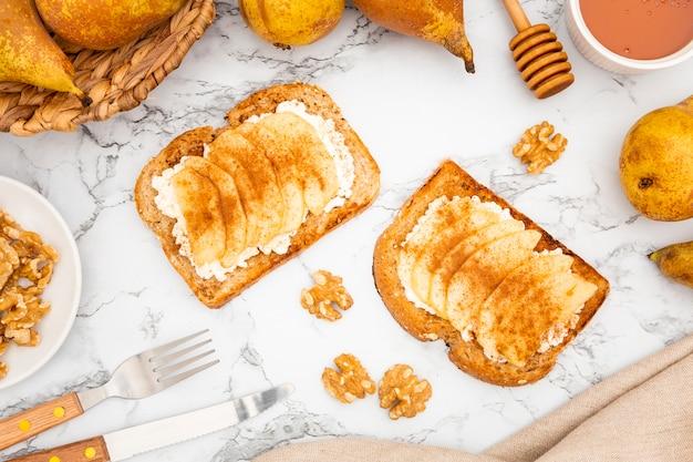 Toast mit birnen und walnüssen