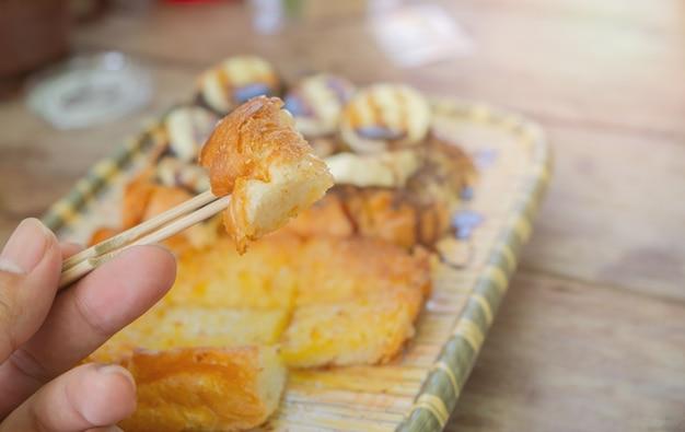 Toast mit butter, milch, zucker. und in stücke geschnitten