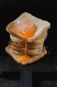 Toast mit eigelb über schwarz