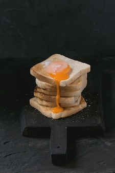 Toast mit eigelb über schwarzem