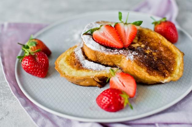 Toast mit erdbeeren.