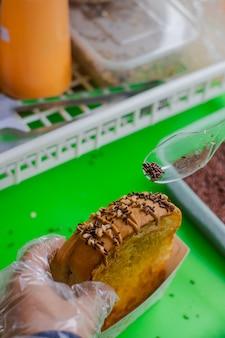 Toast mit erdnussbutter-topping und durcheinander mit erdnüssen