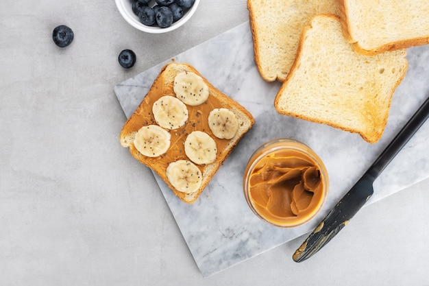 Toast mit erdnussbutterbanane und chiasamen