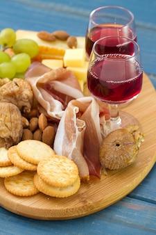 Toast mit fleisch, käse und rotwein