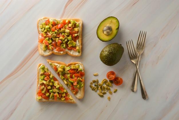 Toast mit frischkäse, avocado und kirschtomaten. gesundes essen. kopieren sie platz.
