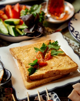 Toast mit gemüse und kräutern