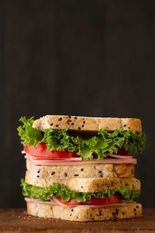 Toast mit gemüse und salami