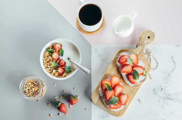 Toast mit hüttenkäse und erdbeere