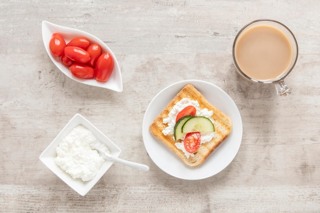 Toast mit käse und gemüse und kaffee