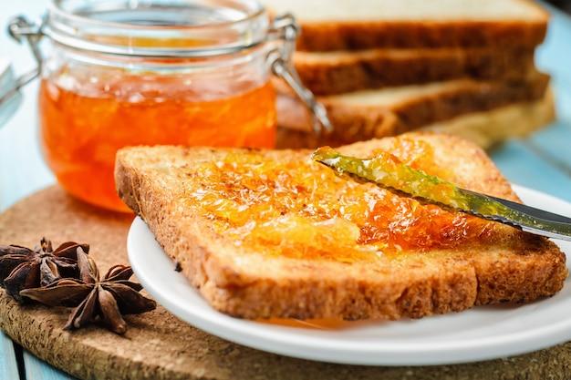 Toast mit orangenmarmelade und messer