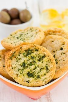 Toast mit petersilie in der schüssel und in den oliven