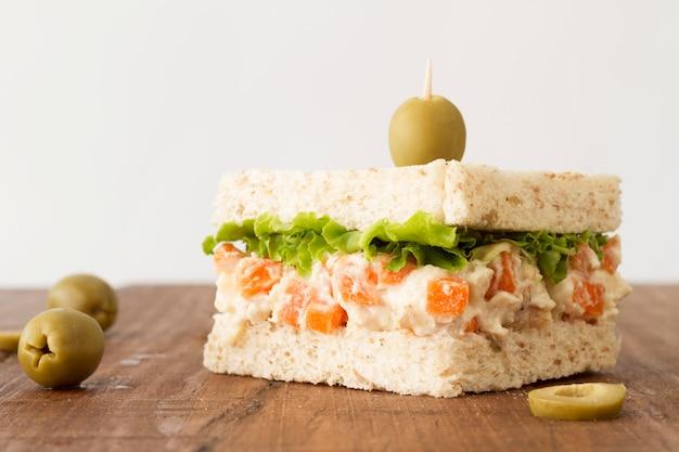 Toast mit salat und käsecreme und oliven