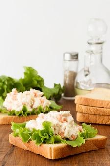 Toast mit salat und käsecreme