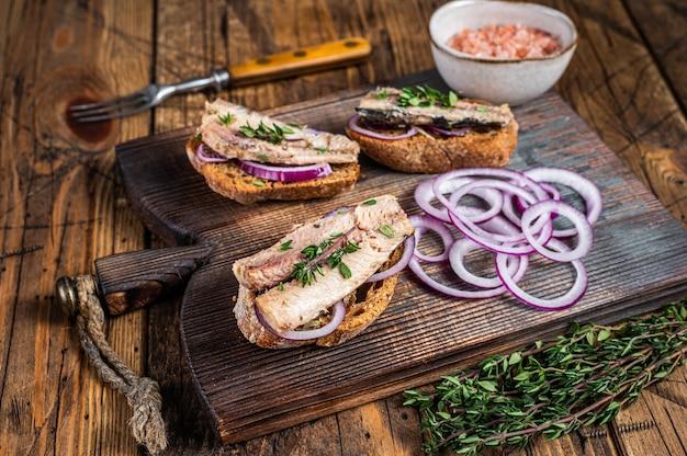 Toast mit sardine, frischkäse und zwiebeln