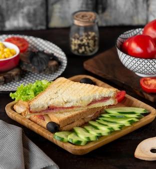 Toast mit speckkäse und gemüse