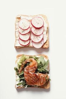 Toast mit verschiedenen zutaten für die party