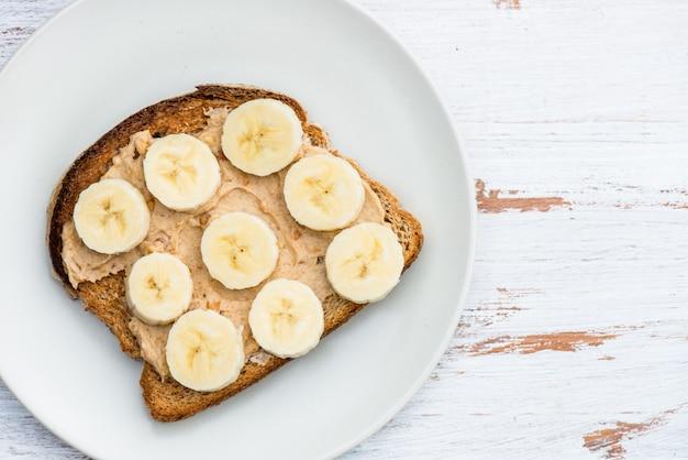 Toast vom vollkornbrot mit erdnussbutter und banane