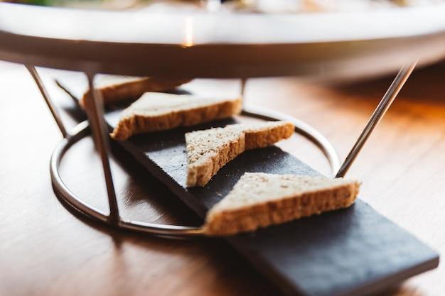 Toast zum essen mit austern serviert auf schwarzer steinplatte.