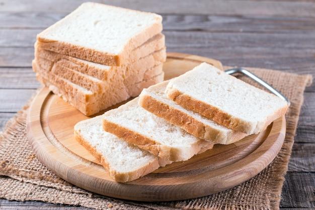 Toastbrot auf einem schneidebrett auf einem holztisch
