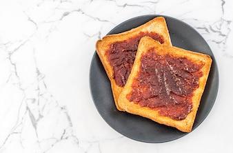 Toastbrot mit Chilipaste