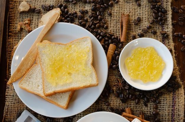 Toastbrot mit hausgemachter ananasmarmelade.