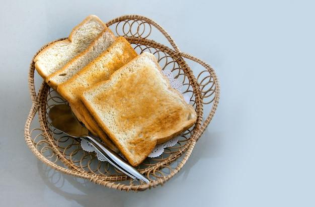 Toastbrot zum frühstück mit löffel servieren