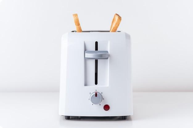 Toaster mit gebratenem toastbrot auf weiß, abschluss oben