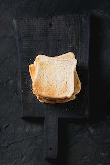 Toasts über schwarz