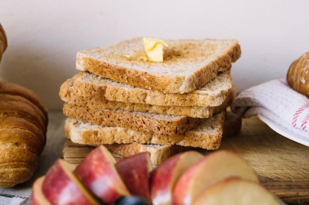 Toasts zum frühstück gestapelt