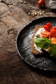 Toastscheibe mit kirschtomaten