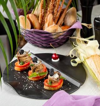 Toastsnacks mit paprika und auberginenröllchen.