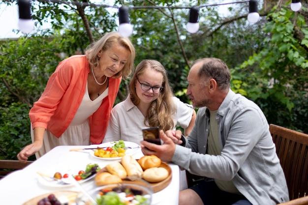 Tochter besucht ihre eltern zum mittagessen bei ihnen zu hause