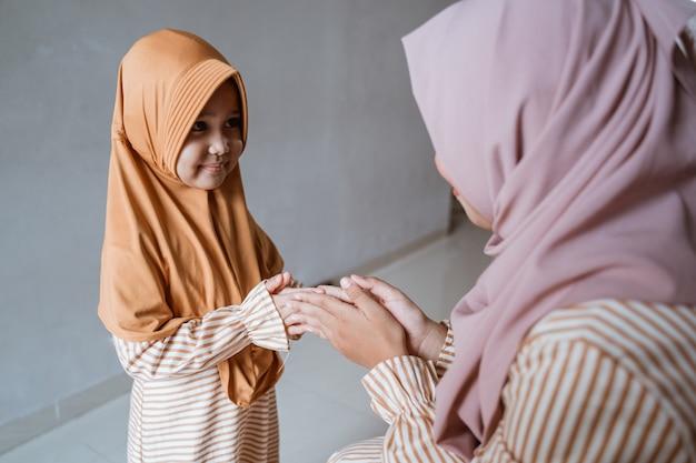 Tochter bittet die mutter um vergebung
