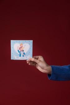 Tochter, die eine vatertagsgrußkarte hält