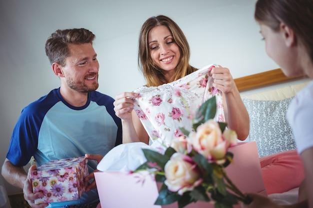 Tochter, die ihrer mutter ein geschenk gibt