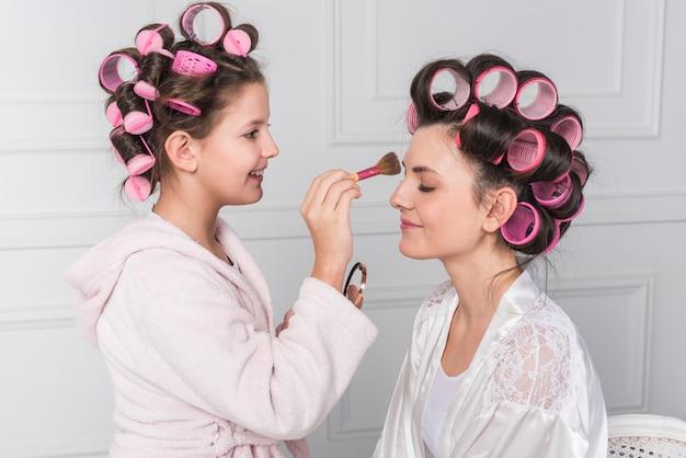 Tochter, die mütter stirn pulver anzieht
