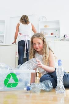 Tochter, die plastik sortiert