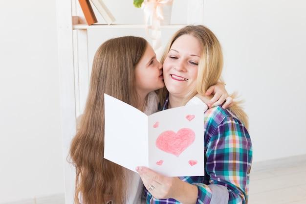 Tochter gratuliert mutter und gibt ihre postkarte