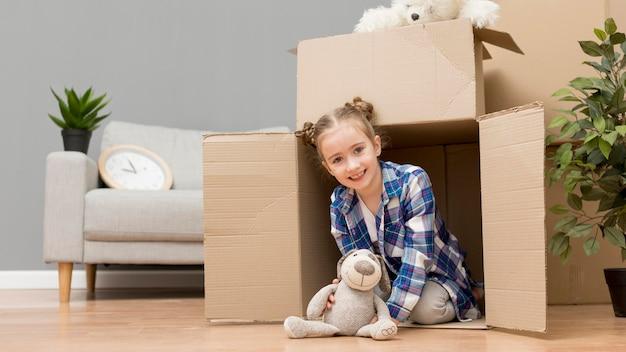Tochter hilft beim packen der kisten Premium Fotos