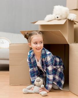 Tochter hilft beim packen der kisten Kostenlose Fotos