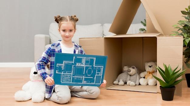Tochter hilft beim packen der kisten