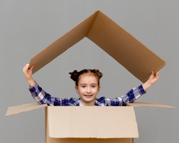 Tochter hilft beim packen von kisten