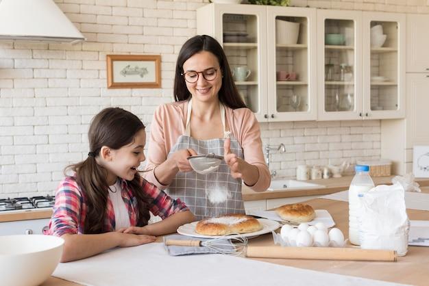 Tochter hilft mutter beim kochen