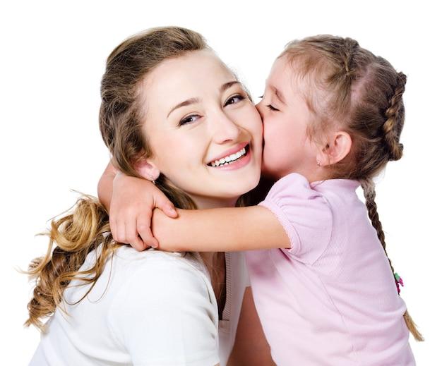 Tochter küsst ihre mutter