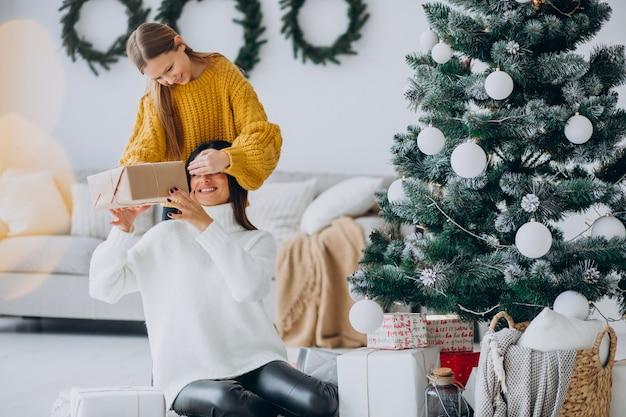 Tochter macht geschenk überraschung für mutter an weihnachten