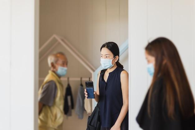 Tochter mit älterem vater, der gesichtsmaske trägt, die neues zuhause sucht. Premium Fotos