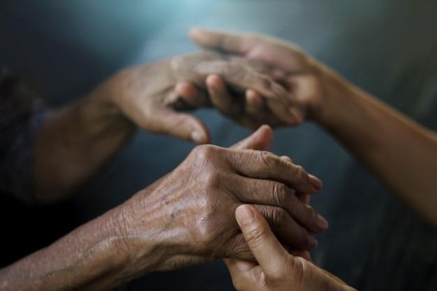 Tochter passt auf ihre mutter hat alzheimer gedächtnisverlust aufgrund von demenz und krankheit