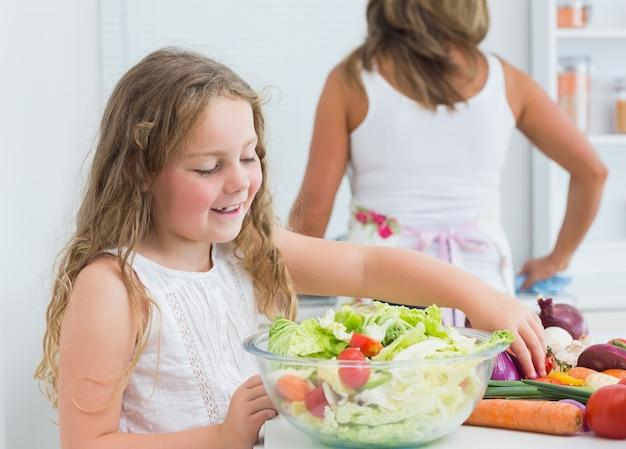 Tochter salat vorbereiten