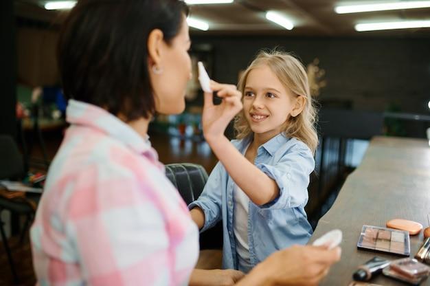 Tochter schminken ihre mutter im salon